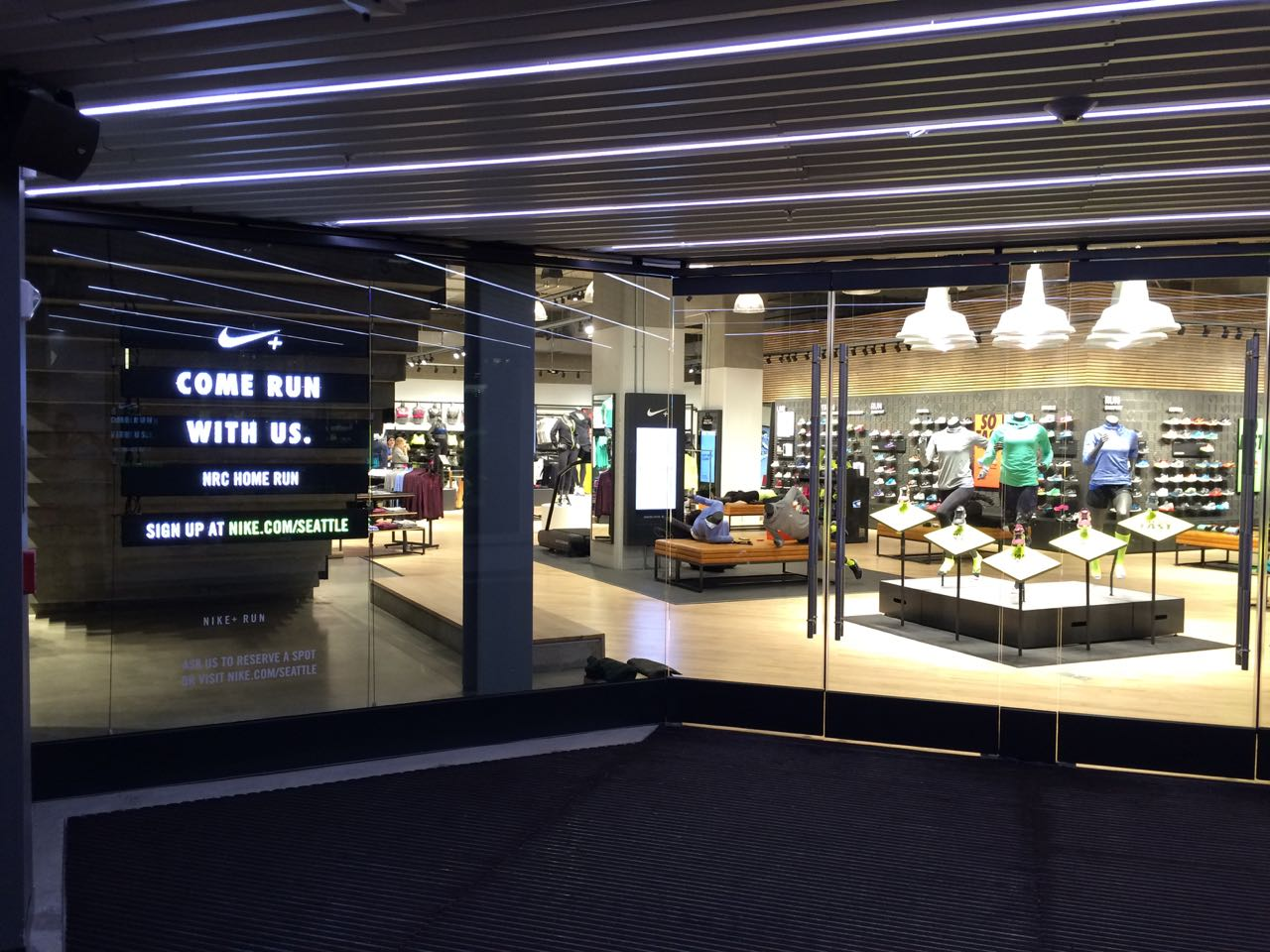 NIKE IN-Store Digital - Digital Place Solutions 6bf1f94e0833